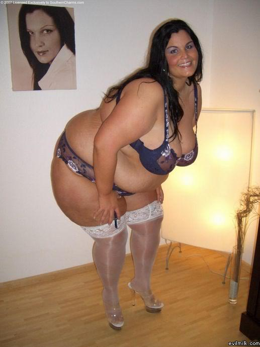 Ella es rebosa sensualidad por tooodas y cada una de sus curvas...