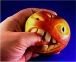 La manzana muerde la mano que le da de comer...